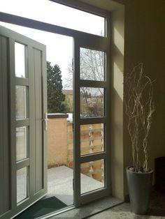 Portoncino pvc e vetro con doghe verticali e traversini orizzontali con laterale e sopraluce fisso colore grigio.