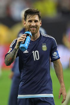 Lionel Messi of Argentina smiles at the end of the Semifinal match between United States and Argentina at NRG Stadium as part of Copa America. Messi Argentina, Argentina Football Team, Neymar, Cr7 Vs Messi, Good Soccer Players, Football Players, Ronaldo, Football Love, Watch Football