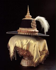 Golden Hat House of Chakri's Royal jewelry. Thailand History, Thai House, Queen Sirikit, Most Beautiful Gardens, Royal Jewelry, Ancient Jewelry, Crown Jewels, Fashion History, Cowboy Hats
