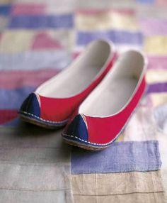 꽃신 입니다. 한복을 입으실 때 신는 신발이죠~ 참 예쁘죠~ korean traditional shoes