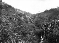 De weg langs de Cadas Pangeran in de omgeving van Soemedang. 1910-1930