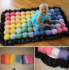 Preciosa colcha multicolor, o alfombra acolchada, hecha con múltiples y divertidas burbujas de tela que permiten extremar la comodidad y hacerla a prueba de golpes y caídas. Una idea original y de gran utilidad. Idea y tutorial de Awaiting Ada …