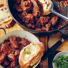 In Suider-Afrika, veral in ons buurland Namibië, is daar die vreemde, maar algemene gewoonte om rooiwyn en Coke te meng en dit dan vir plesier te drink. Jy noem hom 'n katemba. Braai Recipes, Meat Recipes, Cooking Recipes, Snack Recipes, South African Dishes, South African Recipes, Kos, Slow Cooked Lamb, Dutch Oven Recipes