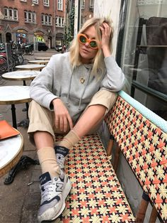 """Jeg tænkte at i ikke skulle snydes for at se mine nye solbriller in action. Her sidder jeg så og holder en lille pause på Beau Marché, iført de nye orange """"skø"""