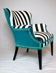 Cette chaise a vendu mais nous pouvons recréer ce look sur une autre chaise. Vintage arrondi dos aile chaise en coton rayé blanc noir et velours bleu turquoise. Toute la mousse et rembourrage a été remplacé et neuf haute brillance peinture noire est sur le bois. Expédition est la