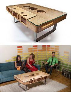 O designer Jeff Skierka já tem à venda em seu site a Mixtape Coffee Table. Ela é uma mesa de centro, uma réplica de uma fita cassete, 12 vezes maior do que a real. As encomendas podem ser feitas pelo site.