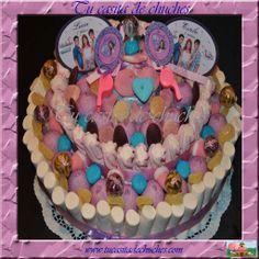 Tarta de chuches personalizada basada en el famoso personaje Disney Violetta. Con todo tipo de chuches, marshmallows rellenos de fresa, cremosos, beditos, lollipops, gominolas de azúcar...etc. Posibilidad de elaborar sin gluten. Encarga la tuya en www.tucasitadechuches.com