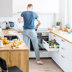 Biała kuchnia, styl skandynawski, drewniany blat, białe meble kuchenne.