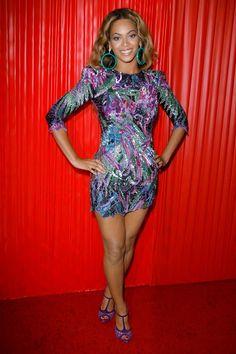 Beyonce veste vestido curto com sandália da mesma cor
