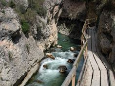 """Cerrada-de-La-Pena-Castril  El sendero de la """"Cerrada"""" sobre un andamiaje se antiguas traviesas de ferrocarril encajadas en la pared rocosa, recorriendo un espectacular garganta llamada """"La Cerrada"""", pasaremos por la Arboleda Perdida, donde tranquilamente podemos detenernos a leer un rato la obra de José Saramago, hijo adoptivo de esta población. Esta ruta por el rio Castril es una ruta muy sencilla, recomendada para todos los públicos sin ningún tipo de experiencia en senderismo."""
