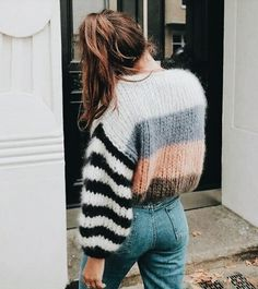 Love this sweater and jeans look. Trendy outfit ideas for stylish women. 22 Stunning Casual Style Looks To Rock This Year – Love this sweater and jeans look. Trendy outfit ideas for stylish women. Look Fashion, Fashion Outfits, Womens Fashion, Fashion Trends, 90s Fashion, Fall Fashion, Fashion Online, Fashion Check, Fashion Websites