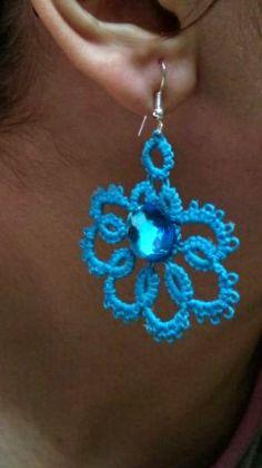 orecchino azzurro realizzato a chiacchierino ad ago, impreziosito da una pietra!