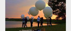 Het Nederlandse bedrijf Hemelvlucht.nl kan je as oplaten in grote heliumballonnen. Als het weer goed is, kunnen nabestaanden de ballon tot 30 minuten uitzwaaien. De ballonnen bereiken een hoogte van ongeveer 25 kilometer in de atmosfeer en springen vervolgens uit elkaar. De as komt vrij en verspreidt zich over de verschillende windstreken die rondom de aarde gaan.