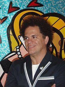 Romero Britto a percé sur la scène internationale en 1989, en recevant de la vodka Absolut la commande d\'une étiquette de bouteille pour une campagne publicitaire. Son style de dessin animé bizarre a alors commencé à être très demandé par de grandes sociétés, aussi bien pour des peintures murales, des sculptures que pour l\'identité visuelle de produits. Récemment, il a par exemple travaillé pour Disney et Évian.