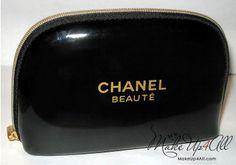 Google Afbeeldingen resultaat voor http://www.makeup4all.com/wp-content/uploads//2010/01/christmas-set-chanel-makeup-bag.jpg