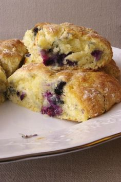 Scones myrtille citron express A recipe for express lemon blueberry scones, achievable in 15 minutes, including cooking! Isn't that beautiful? Lemon Desserts, Healthy Dessert Recipes, Brunch Recipes, Mexican Food Recipes, Sweet Recipes, Breakfast Recipes, Blueberry Lemon Scones, Cookie Recipes From Scratch, Chocolate Chip Recipes