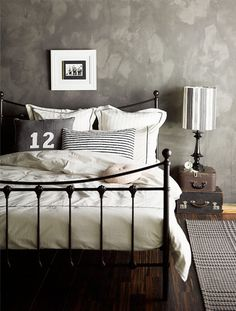 Kind of liking metal beds for Ben's grown up room. Loft Interior, Interior Design, Interior Decorating, Vintage Suitcase Decor, Vintage Suitcases, Suitcase Table, Vintage Trunks, Vintage Luggage, Cama Vintage