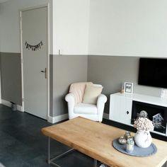 Deze muren waren helemaal grijs, de halve muur is nu wit geverfd zodat ...