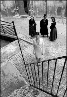 Ferdinando Scianna/Magnum Photos/ Italy, Abruzzo, Scanno: Fashion picture, 1999
