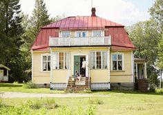 Näihin on yksinkertaisesti pakko päästä kurkistamaan sisään. Scandinavian Cottage, Old Houses, Wooden Houses, Little Houses, Home Fashion, Interior Architecture, My House, Beautiful Homes, Sweet Home
