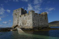 """Il Castello Kisimul e conosciuto anche come Castello Kiessimul è un piccolo castello medievale situato su una piccola isola al largo Castlebay , Barra , nella Ebridi Esterne della Scozia e prende il nome dal gaelico cìosamul che significa """"castello isola""""."""