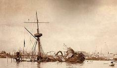 """Exposición """"Reflotado del acorazado Maine""""  en la Habana Vieja. La muestra la conforman dos tapas de claraboyas (pertenecientes a la colección del Museo de la Ciudad), un proyectil de cañón de 30 milímetros, argollas de los aparejos, un juego de cubiertos, un plano que ilustra la posición de los buques Maine, Legazpi, Alfonso XII y City of Washington la noche del siniestro (15 de febrero de 1898) y varias fotografías del proceso de reflotado del acorazado"""