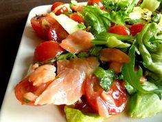 Pobite gary Barbary: Sałatka z łososiem i sosem miodowo-musztardowym