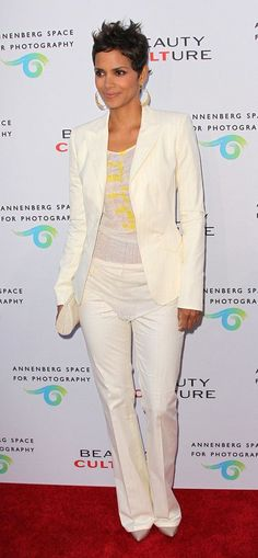 Halle Berry Tank Top - Halle wore a sheer gauzy white tank under her blazer for the pening night of 'Beauty Culture. Halle Berry Style, Halle Berry Hot, Halle Berry Short Hair, Halley Berry, Halle Berry Hairstyles, Cream Suit, Beautiful Female Celebrities, Suit Up, Short Styles