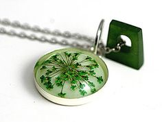 Suze likes, loves, finds and dreams: Giveaway: Green Real Flower Necklace