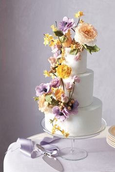 lavender and yellow floral decoration for chic wedding cake ideas
