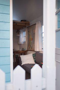 Das kleine feine Tiny House »Waterland-Huisje« in Eindhoven beweist, dass weniger mehr ist und dass es nicht viel Raum braucht, um sich wohlzufühlen.