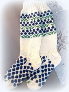 Ravelry: Mustikkametsä pattern by Katja Makkonen Wool Socks, Knitting Socks, Knitting Projects, Knitting Patterns, Designer Socks, Mittens, Ravelry, Slippers, Sewing