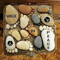 More Easy Garden Projects with Stones! Garden Crafts, Diy Garden Decor, Garden Projects, Craft Projects, Garden Decorations, Garden Art, Garden Ideas, Mosaic Rocks, Rock Mosaic