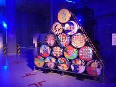 Ispra, nel Magazzino 41 i rifiuti nucleari sono opere d'arte      Una mostra per presentare le attivit� di disattivazione nucleare ed il nuovo deposito temporaneo dei rifiuti radioattivi nel sito di Ispra della Commissione Europea. Ma luci, musica di sottofondo e le opere stesse conferiscono all'area del magazzino 41…