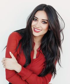 Find images and videos about beautiful, beauty and brunette on We Heart It - the app to get lost in what you love. Shay Mitchell Makeup, Shay Mitchell Style, Hottest Female Celebrities, Favim, Pretty Little Liars, Fall Hair, Beauty Women, Hair Cuts, Hair Beauty