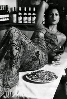 Buon pomeriggio e bon appetit friends 😘 Monica Bellucci kisses 💋 Monica Bellucci, Italian Women, Italian Beauty, Woman Wine, Italian Actress, Dessert For Dinner, Iconic Women, Timeless Beauty, Most Beautiful Women