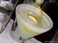 """È incerta l'origine del White Lady, infatti i francesi ne rivendicano la paternità attribuendo la sua creazione come dedica all'opera """"La Dame invisible"""" del compositore Boieldieu, per contro gli americani sostengono la tesi della figura ispiratrice di Ella Fitzgerald.  Riempite uno shaker con del ghiaccio, versate il Gin, il Cointreau e il succo di limone, agitate energicamente ed avrete ottenuto il White Lady. Il White Lady è un cocktail after dinner, cioè da servire dopo pranzo o cena."""
