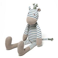 Ce doudou zèbre a de grands bras et de longues jambes, l'enfant l'attrape facilement et le couvre de câlins. Il touche sa peau de tricot, les fils de sa crinière et de sa queue. Avec Tricoti zèbre dans les bras, l'enfant est rassuré et découvre de nouvelles matières.