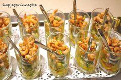 Glaasje met vers gepelde garnalen, mango, appel en courgette