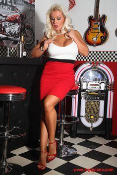Lana Cox en su bar privado - #sexy #model