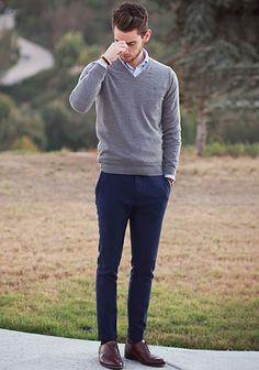 グレーVネックセーター×ネイビーパンツの着こなし(メンズ) | Italy Web
