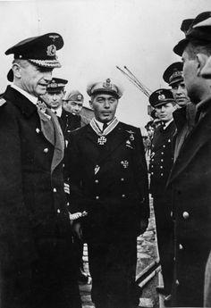 """El comandante del submarino """"Barbarigo"""" Enzo Grossi después de la concesión de la Cruz de Caballero alemán"""