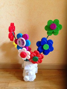 Bloemen, gemaakt met dopjes Toilet Paper Roll Crafts, Craft Stick Crafts, Diy Crafts For Kids, Easy Crafts, Paper Crafts, Plastic Bottle Caps, Bottle Cap Art, Recycled Art Projects, Recycled Crafts