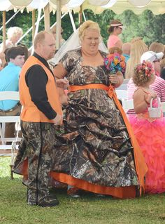 """Mama June and Sugar Bear gets married. Little Honey Boo Boo carried a small white basket for her wedding duties. The ceremony was being filmed for the upcoming season of """"Here Comes Honey Boo Boo,"""" which will return to TLC on July Love the camo dress. Honey Boo Boo Mom, Boo Mama, Weird Wedding Dress, Crazy Wedding, Ugliest Wedding Dress, Wedding Dress Fails, Funny Wedding Dresses, Funny Weddings, Vintage Weddings"""