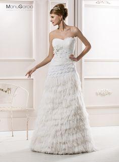 #plumas #palabradehonor #novia #ManuGarcía #NoviasHigar Manu Garcia, Marie, Hair Beauty, Bridal, Wedding Dresses, Fashion, Bride Groom Dress, Engagement, Party