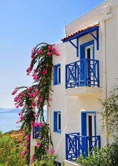 Bodrum - So fresh and clean! I want to see Turkey and eat lots of vegetables and learn to haggle. Kempinski Hotel, The Doors, Balcony Design, Turkey Travel, Bougainvillea, Istanbul Turkey, Architecture, Places To See, Beautiful Places