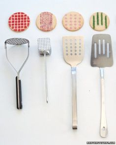 10 idées futées pour la cuisine | Les idées de ma maison  Faites de jolis motifs en sucre coloré sur vos biscuits en prenant pour pochoir vos accessoires de cuisine! | via Martha Stewart