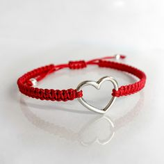 Geknüpftes Armband mit Herz in verschiedenen Farben. Die Länge ist individuell verstellbar (ca. 17 cm bis 23 cm) #herz #liebe #valentinstag #geschenk #geschenkfürfreundin Woman, Bracelets, Jewelry, Fashion, Love Heart, Handmade Jewellery, Fossils, Valentine Gift For Him, Gift For Boyfriend