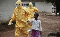 Médicos levam criança com sintomas de ebola ao hospital em Serra Leoa, no oeste da África (Foto: Jerome Delay, File/AP)                                                                                                                                                                                 Mais