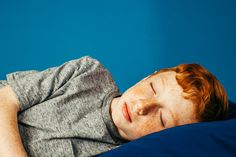 Here's How Much Sleep Babies and Kids Need By Age -Sleep experts combed through hundreds of studies to determine how much children of different ages should sleep to be at their healthiest Sleep Medicine, Sleeping Too Much, Kids Up, Mental Health Issues, Kids Sleep, Pediatrics, Bedtime, Teen, Children